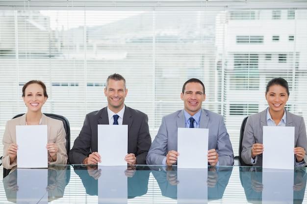 Uśmiechnięty wywiad panel trzyma białego papier