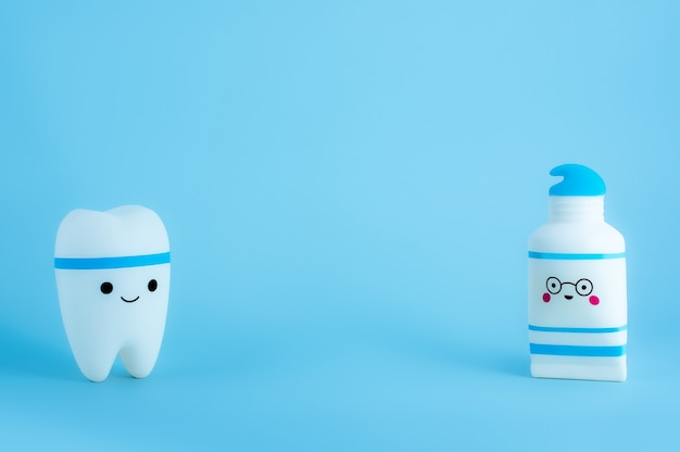 Uśmiechnięty ząb i tubkę pasty do zębów