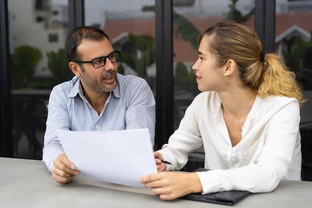 Uśmiechnięty żeński klienta konsultować męskiego eksperta