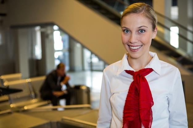 Uśmiechnięty żeński personel na terminalu lotniska