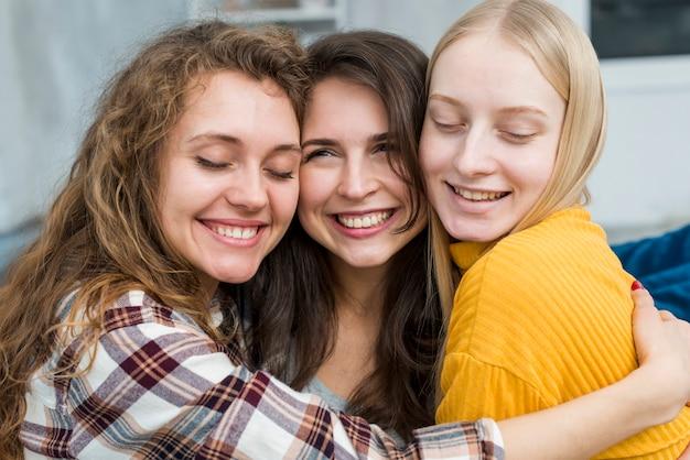 Uśmiechnięty znajomych przytulanie