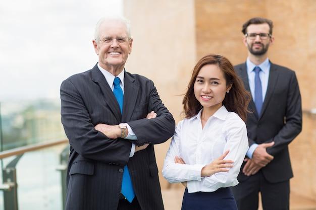 Uśmiechniętych ludzi biznesu z rękami skrzyżowanymi