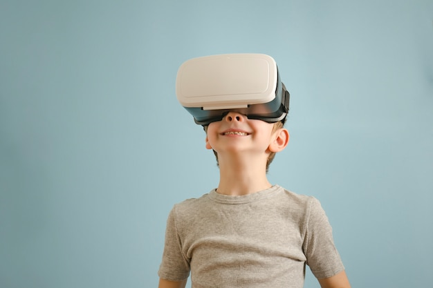 Uśmiechnij się chłopak w okularach wirtualnej rzeczywistości