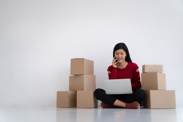 Uśmiechnij się do sukcesu sprzedaży po sprawdzeniu zamówienia w sklepie internetowym w biurze domowym