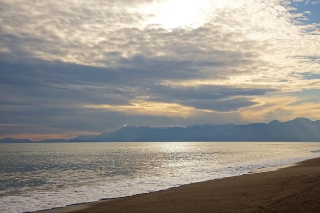Uspokajająca scena na plaży i zachmurzone niebo