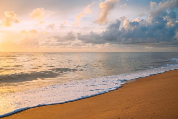 Uspokajające letnie naturalne morskie niebieskie tło. morze i niebo z białymi chmurami