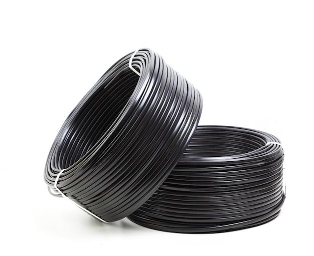 Ustaw kolorowy kabel elektryczny na białym tle