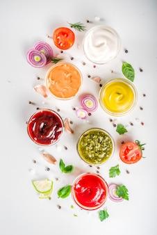 Ustaw miski z różnymi dipami i sosami
