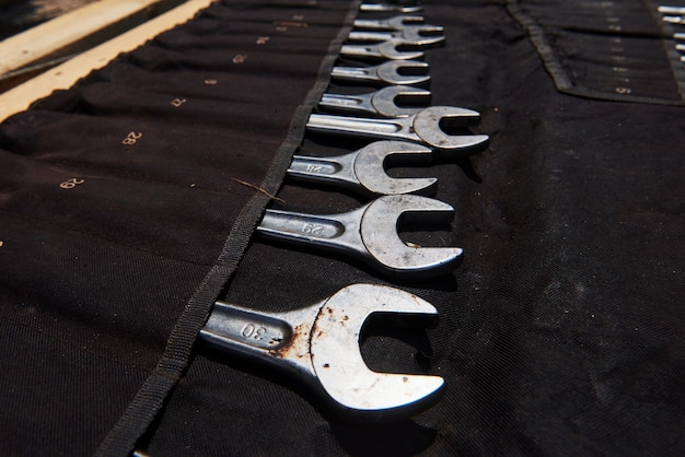 Ustaw narzędzia mechaniczne. profesjonalny mechanik samochodowy korzystający z różnych narzędzi do pracy.