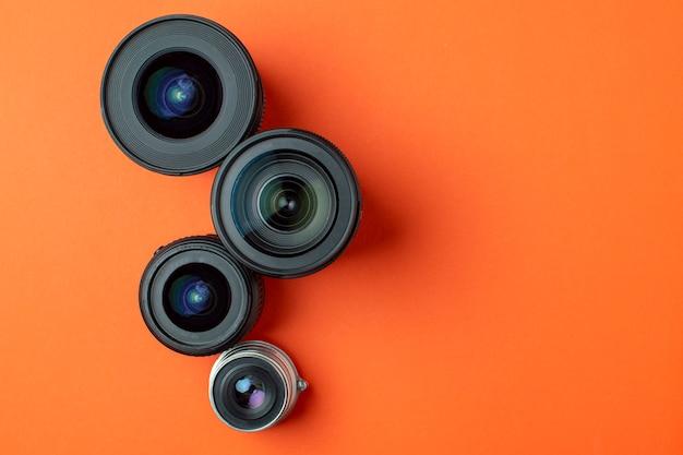 Ustaw obiektywy fotograficzne na kolorowym tle