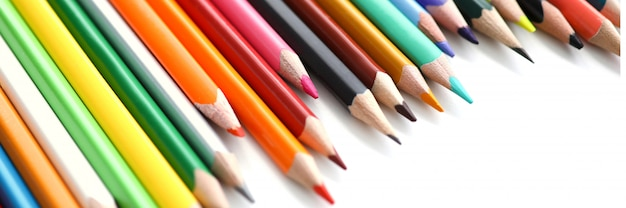 Ustaw ołówkowy kolorowy ołówek na stole