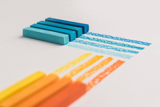 Ustaw pastelową sztukę na białym stole