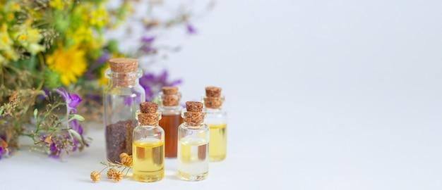 Ustaw zdrowe olejki eteryczne na białym stole