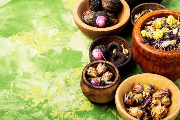 Ustaw ziołową herbatę kwiatową