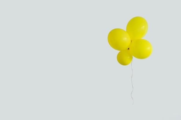 Ustaw żółty balon. minimalna koncepcja strony