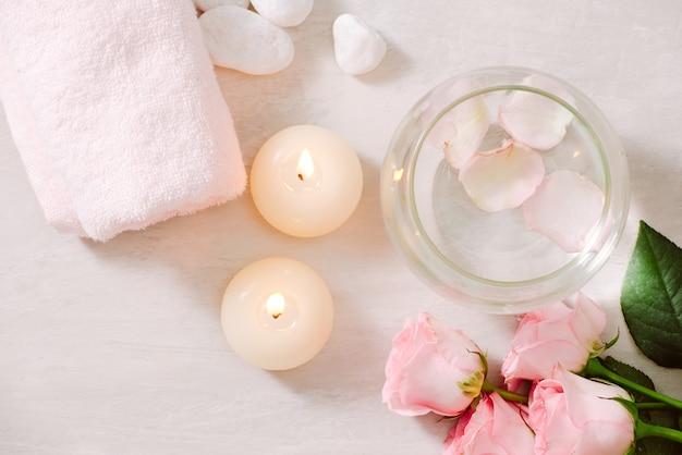 Ustawienia spa z różami motyw spa ze świecami i kwiatami na stole