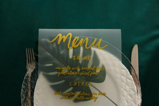 Ustawienie menu na zielonym stole. obiad