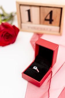 Ustawienie pod dużym kątem z pierścieniem i różą