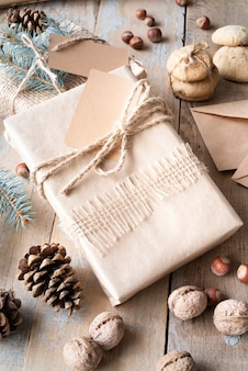 Ustawienie pod dużym kątem z prezentem i nakrętkami