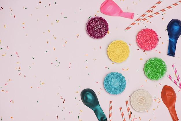 Ustawienie przyjęcia przy stole. tradycyjny festiwal w połowie jesieni kolorowe mooncakes.
