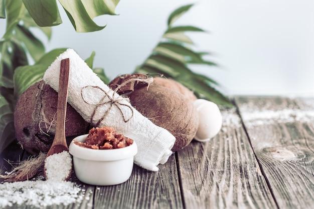 Ustawienie spa i odnowy biologicznej z kwiatami i ręcznikami. jasna kompozycja z tropikalnymi kwiatami. produkty natury dayspa z kokosem
