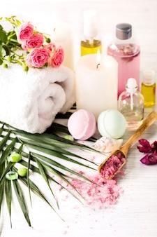 Ustawienie spa z różowymi różami i olejkiem aromatycznym, styl vintage