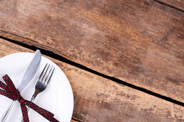 Ustawienie stołu halloween na rustykalnym drewnianym stole.