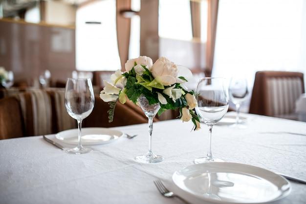 Ustawienie stołu jadalnego ozdobione kwiatami.