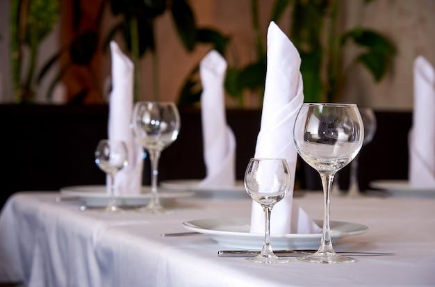 Ustawienie stołu na bankiet lub kolację.