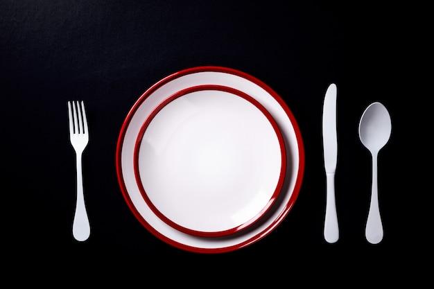 Ustawienie stołu na czarnych płytkach