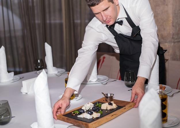 Ustawienie stołu na kolację w restauracji.