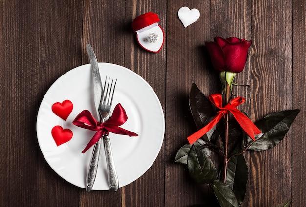 Ustawienie stołu na walentynki romantyczny obiad poślubić mnie pierścionek zaręczynowy ślub