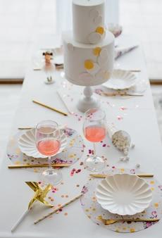Ustawienie stołu urodzinowego lub weselnego w białych kolorach z koktajlami w szklankach. baby shower lub party girl. selektywne ustawianie ostrości