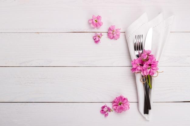 Ustawienie stołu wiosennego lub letniego