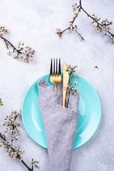 Ustawienie stołu wiosennego z gałęzi kwitnących
