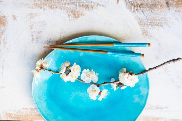 Ustawienie stołu wiosennego z kwitnącą brzoskwinią