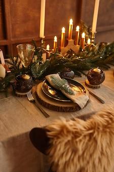 Ustawienie świątecznego stołu. dekoracje świąteczne. dekoracje. obchody nowego roku