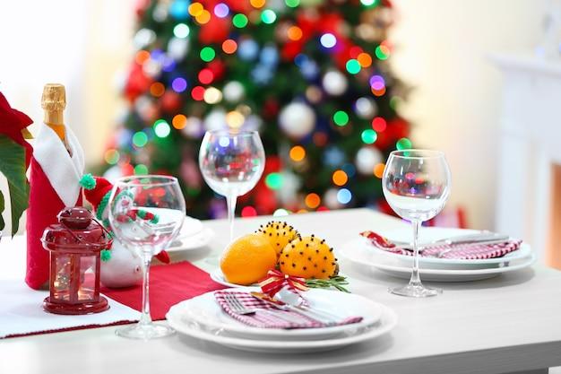 Ustawienie świątecznego stołu na jasnym tle pokoju