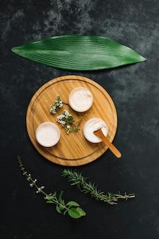 Ustawiona kompozycja produktów z oliwek i olejków kokosowych