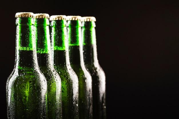 Ustawione są szklane butelki zimnego piwa