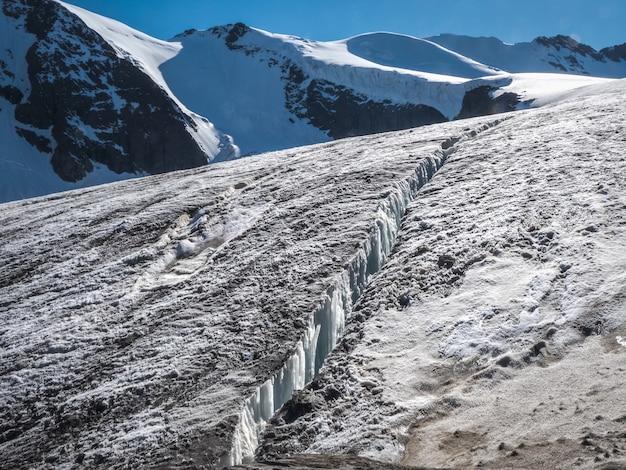 Usterka w lodowcu, niebezpieczna szczelina w lodzie na ośnieżonym zboczu lodowca.