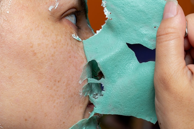 Usunięcie zielonej maski kosmetycznej z twarzy