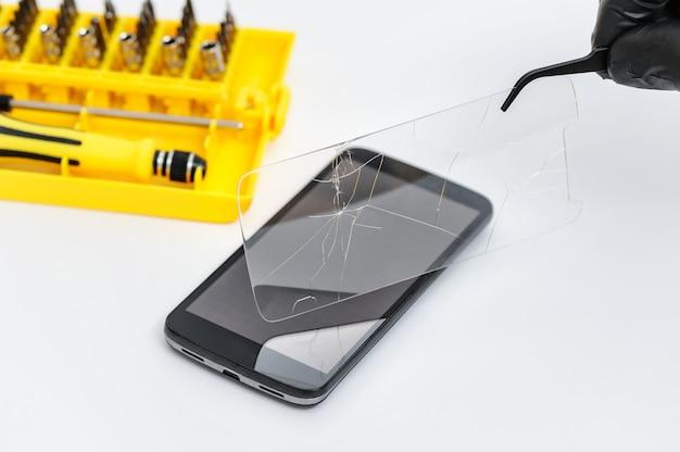 Usuwanie potłuczonego szkła dla smartphona