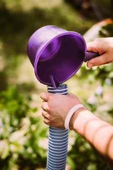 Usuwanie wody z fioletowego wózka do węża