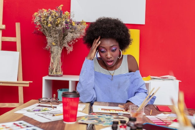 Uświadomienie sobie błędu. afroamerykański projektant wnętrz czuje się niezwykle zaskoczony, gdy zdał sobie sprawę z pomyłki
