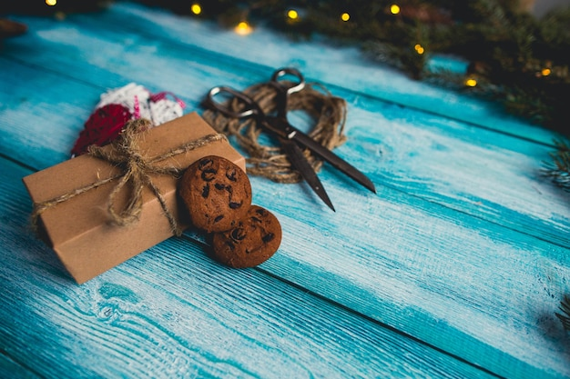 Uświęcona bożenarodzeniowa teraźniejsza dekoracja na błękitnym drewnianym tle