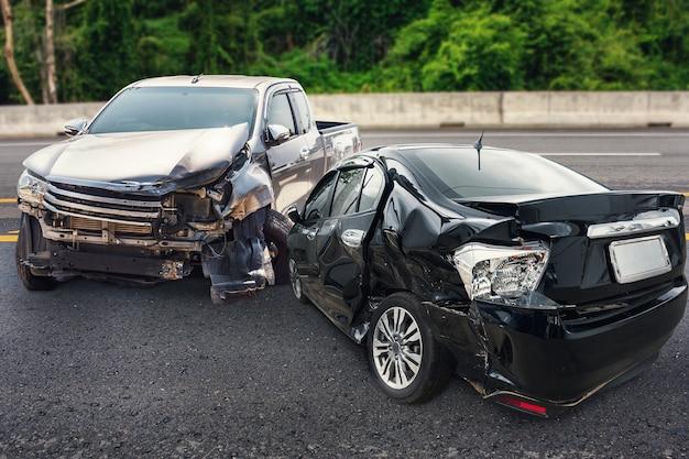 Uszkodzenia w wypadku samochodowym na drodze