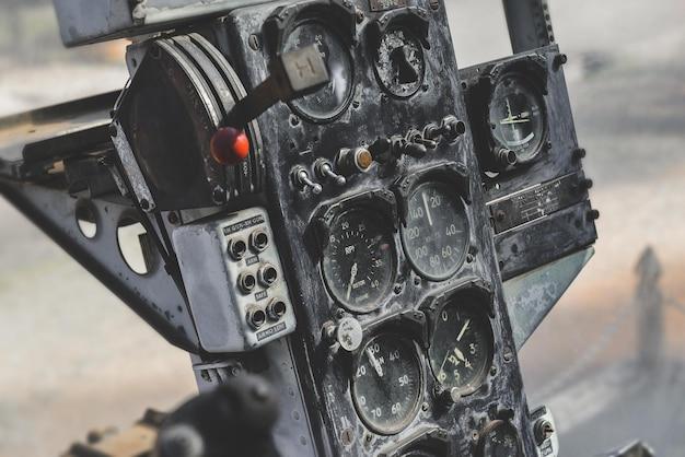 Uszkodzona kabina panelu sterowania helikoptera wojskowego z czasów wojny z niskim oświetleniem.