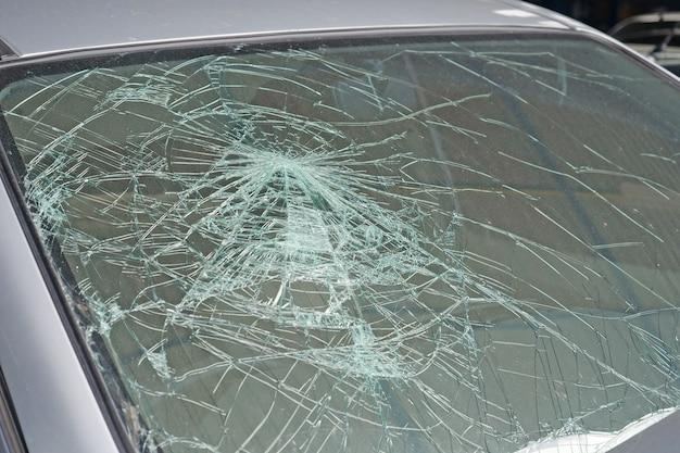 Uszkodzona przednia szyba samochodu. wypadek samochodowy