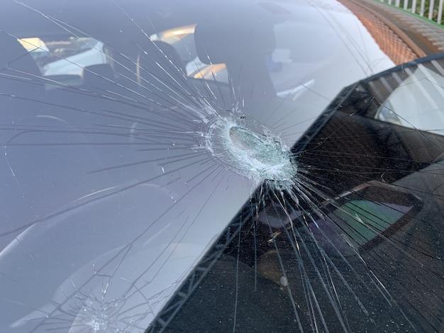 Uszkodzona przednia szyba samochodu. wypadek samochodu, zbliżenie